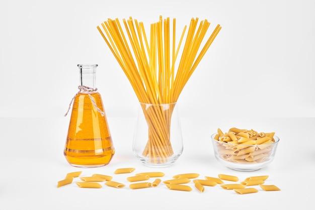 Spaghetties in een glazen beker.