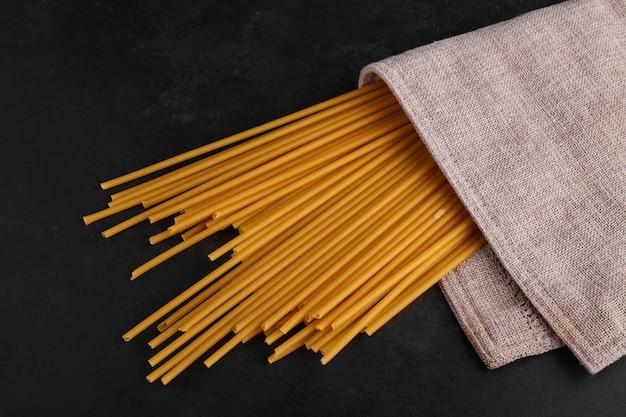 Spaghetties omwikkeld met een theedoek, bovenaanzicht.