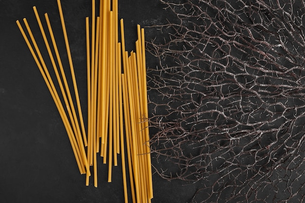 Spaghettistokken op een zwarte achtergrond.