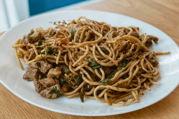 Spaghettivarkensvlees met basilicum en kruid