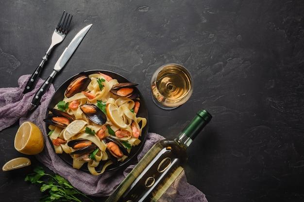 Spaghettivongole, italiaanse zeevruchtendeegwaren met tweekleppige schelpdieren en mosselen