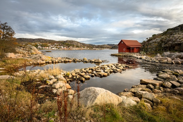 Spangereid, noorwegen, oktober 2019: boothuis aan de fjord