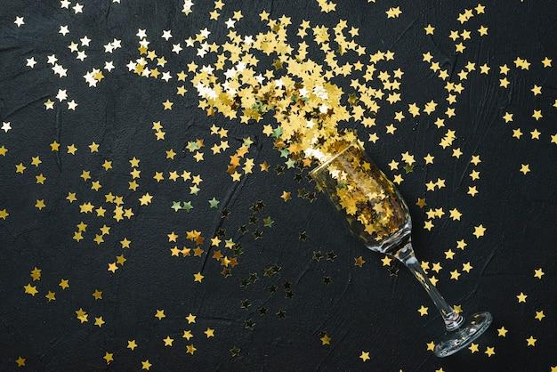 Spangles verspreid van glas op tafel