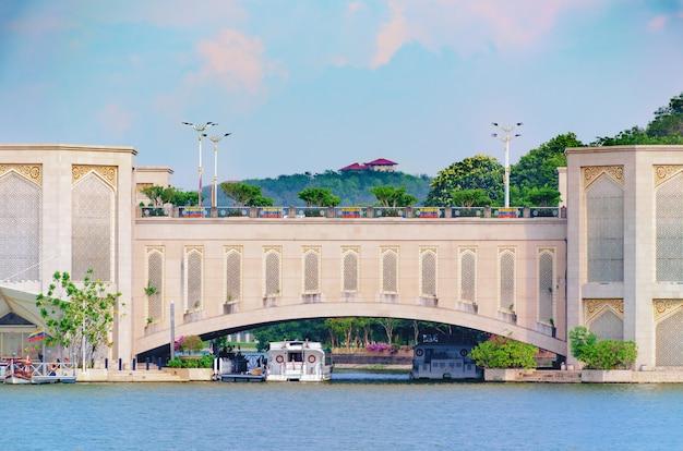 Spanwijdte van gebogen brug over de rivier