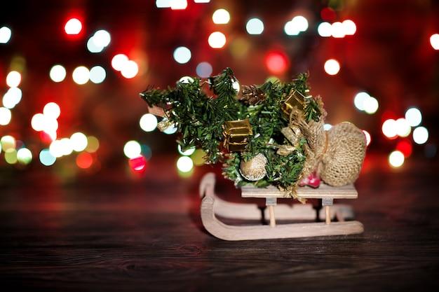 Spar op slee met kerstversiering