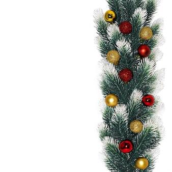 Spar takken met sneeuw en gouden en rode ballen op witte ondergrond