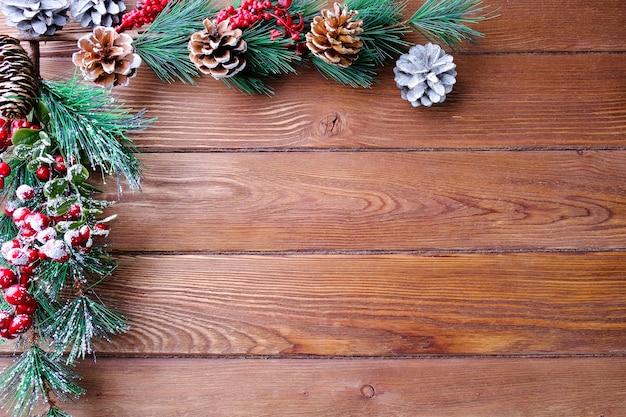 Spar takken op een houten tafel. kerstmis en nieuwjaar concept