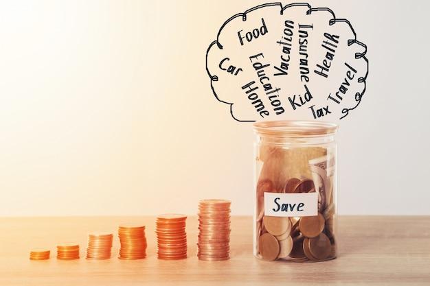 Sparen geld, muntstuk stapel met munt en bank in geldbox voor het besparen van geldplan voor budget