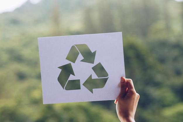 Sparen het behoud van het milieu van de wereldecologie met handen die het verwijderde document kringloop tonen houden