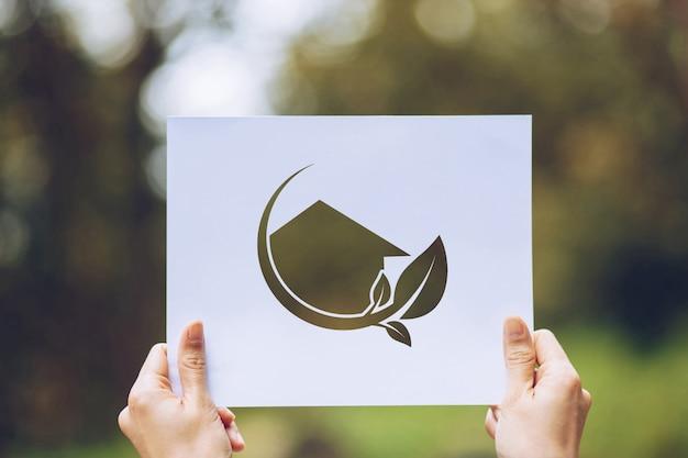Sparen het concept van het wereldecologie milieubehoud met handen die het verwijderde document tonen houden