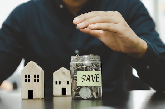 Sparen voor beleggen of sparen voor pensioen. een verzekering of zorgverzekering afsluiten. investeren in vastgoed of huisvesting in de toekomst. concept financiële zaken