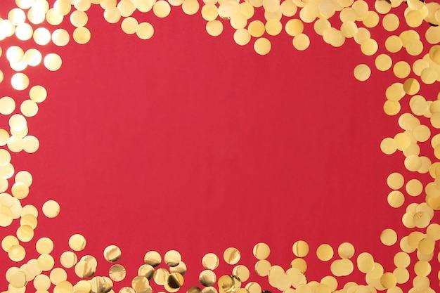 Sparkles confetti en frame voor het invoegen van tekst op een gekleurde achtergrond bovenaanzicht