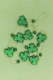 Sparkly klaverblaadjes op een groene ondergrond voor saint patricks day