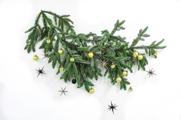 Sparrentak met slingers gouden ballen op de muur voor kerstmis en nieuwjaar