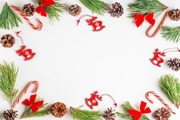 Sparrentakken en rood houten kerstmisspeelgoed