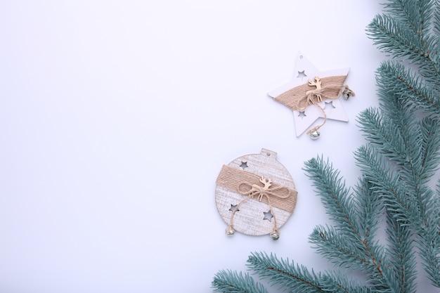 Sparrentakken met kerstmisspeelgoed op een witte achtergrond