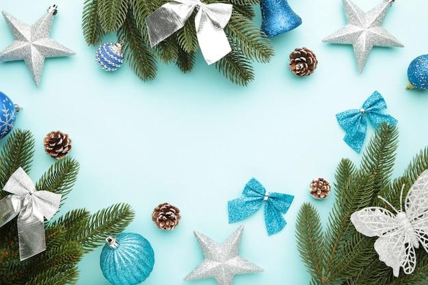 Sparrentakken met zilveren en blauwe kerstmisdecoratie op een munt