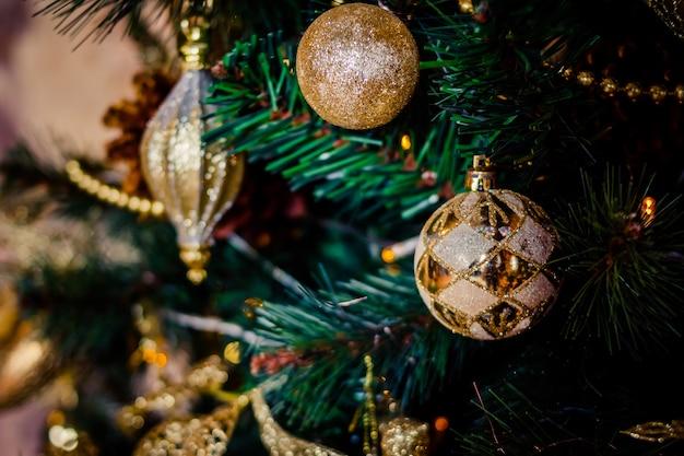 Spartak met ballen en feestelijke lichten op de kerstboom met fonkelingen.
