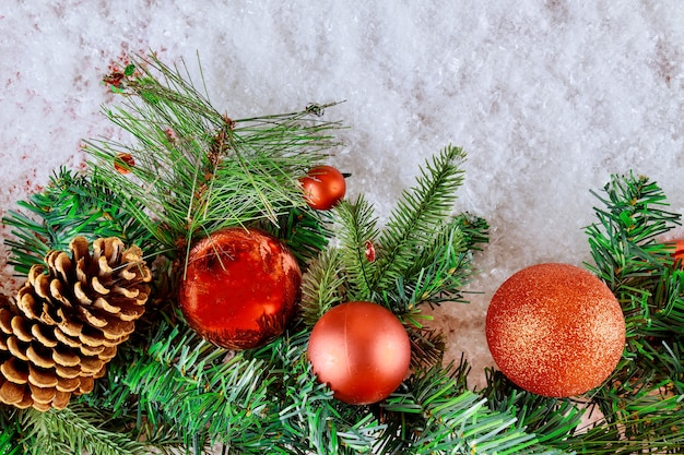 Spartak met denneappel, sneeuwvlokken en bal op de achtergrond van de kerstmissneeuwdecoratie