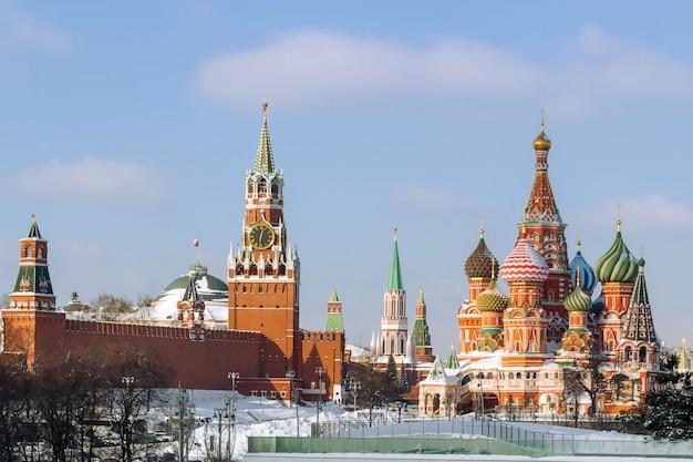 Spasskaya-toren van het kremlin en st basils cathedral in de winter moskou rusland