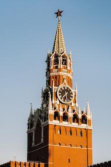 Spasskaya toren van het kremlin gelegen op het rode plein in moskou, rusland.
