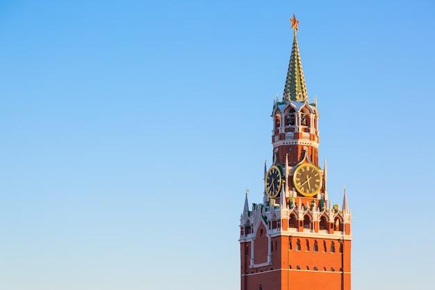 Spasskayatoren van het kremlin op rood vierkant in moskou, rusland tegen blauwe hemel.