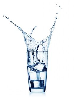 Spat in een glas met helder water