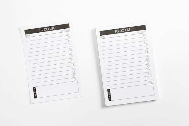 Spatie om lijstplanner met controlelijst te doen die op witte achtergrond wordt geïsoleerd.