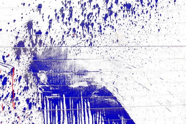 Spatten van blauwe verf op een witte achtergrond