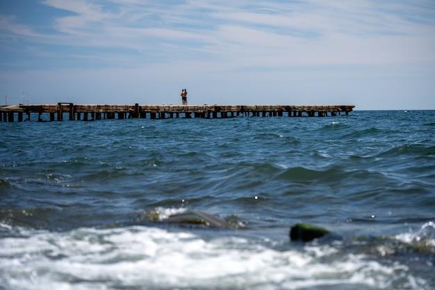 Spatten van de golven die tegen de rotsachtige kust botsen