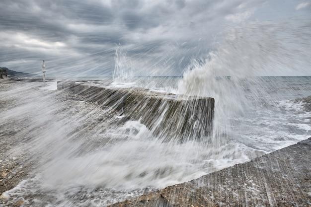 Spatten van de woeste golven vliegen naar de kust