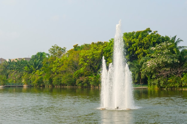 Spatten van fonteinwater in een zonnige dag
