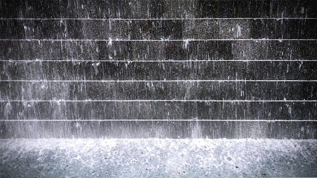 Spatten water over cascaded betegelde muur en de vijver