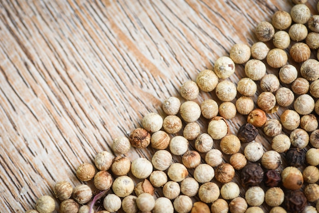 Specerijen achtergrond, close-up van kruiden en specerijen pepermix zwart rode en witte peperkorrels of peper zaad bovenaanzicht