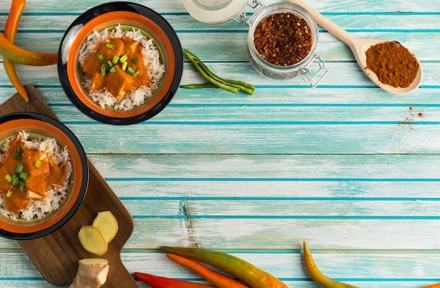 Specerijen en curry op houten tafel