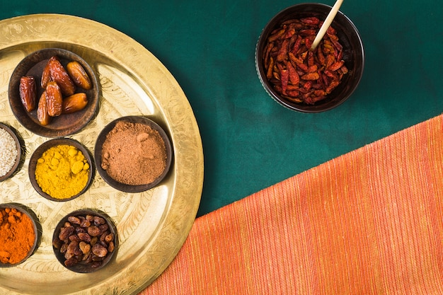 Specerijen en droge vruchten op lade