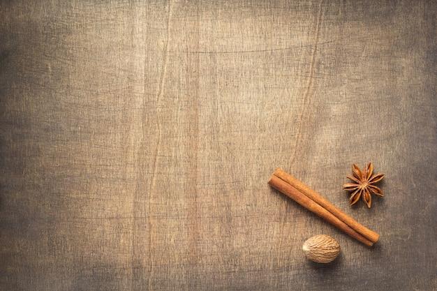 Specerijen en ingrediënten op houten tafel achtergrond, bovenaanzicht