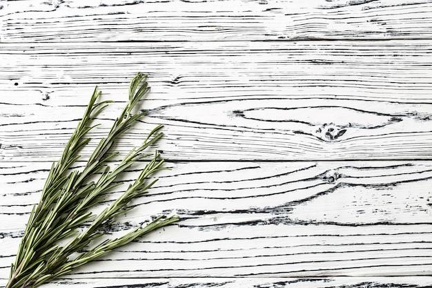 Specerijen en kruiden. achtergrond rozemarijn op een tafel