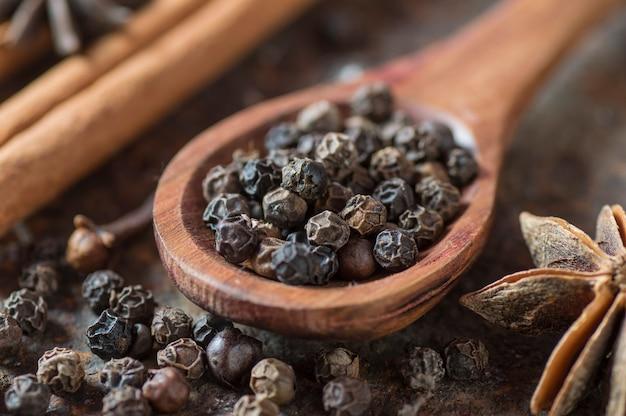 Specerijen en kruiden. ingrediënten voor eten en keuken. kaneelstokjes, anijssterren, zwarte peperkorrels en kardemom.