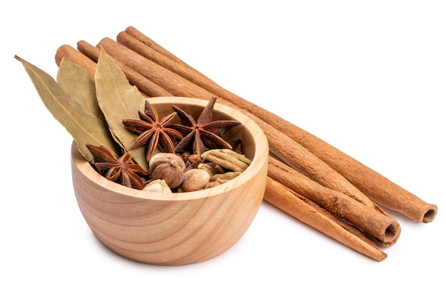 Specerijen en kruiden ingrediënten voor het koken curry kruidnagel kardemom kaneel karwij geïsoleerd op een witte achtergrond