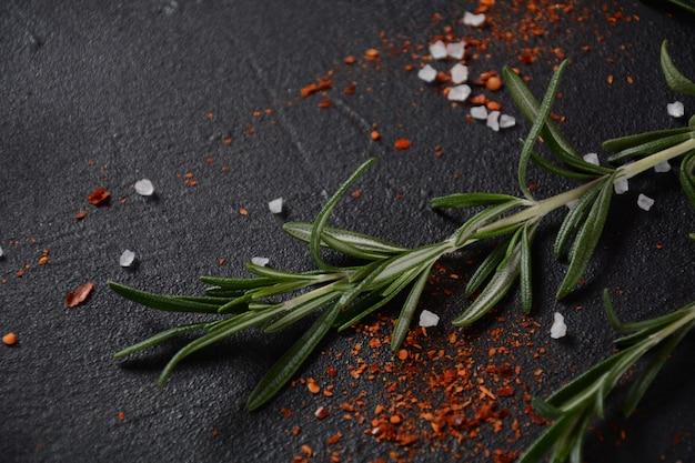 Specerijen en kruiden op donkere stenen ondergrond