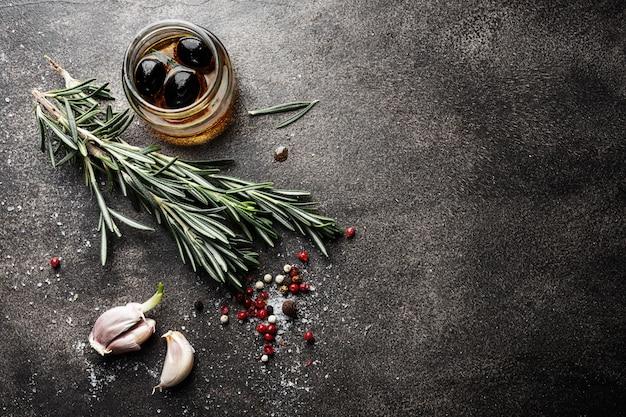 Specerijen en kruiden op donkere tafel