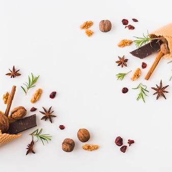 Specerijen en noten in de buurt van wafel kegels