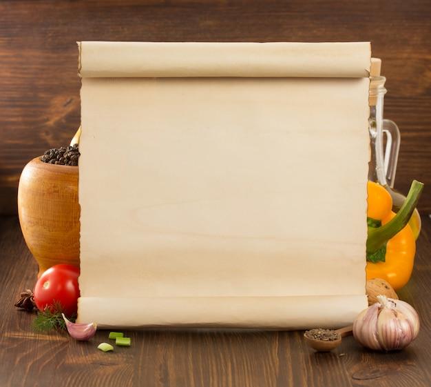 Specerijen en oud papier op houten tafel