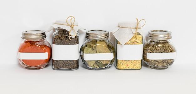 Specerijen in assortiment van geëtiketteerde potten