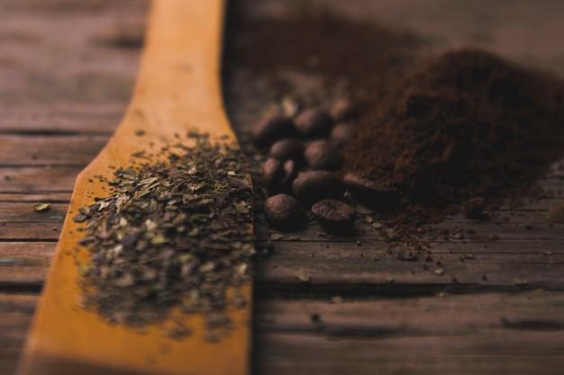 Specerijen in de buurt van gemalen koffie