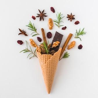 Specerijen in de buurt van kegel met chocolade