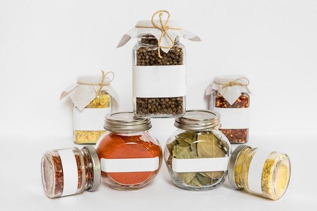Specerijen in gelabelde containers