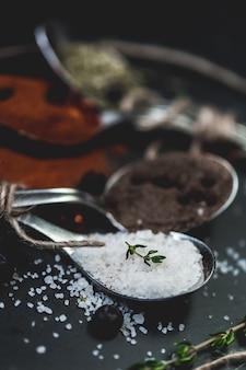 Specerijen in lepels. van zout, peper en chili. rustiek vintage kleurtoon