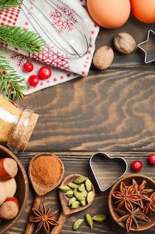 Specerijen noten en bessen voor het bakken van kerstmis